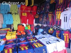 Вещевой субботний рынок в Кальпе, футболки с именами игроков